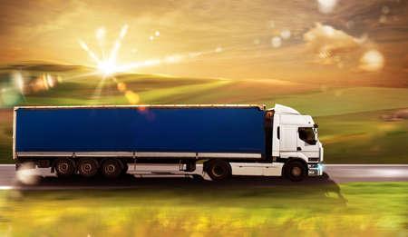 camión de transporte en la vía con el paisaje natural Foto de archivo