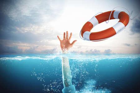 Salvavidas puso en marcha un hombre que se ahoga en el mar Foto de archivo - 60622128