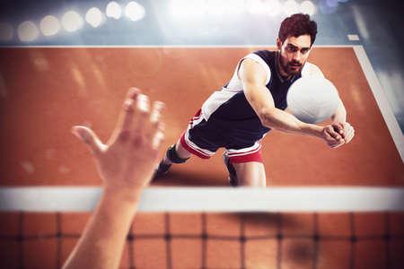 pelota de voley: jugador de voleibol recibe la pelota de otro jugador Foto de archivo
