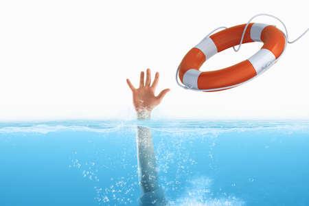 Salvavidas puso en marcha un hombre que se ahoga en el mar