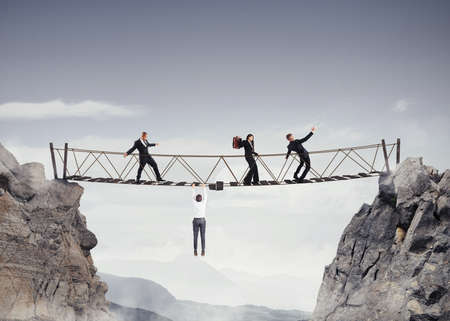 3D-Rendering von Menschen über eine Brücke, die einstürzt Fuß Standard-Bild - 58988788