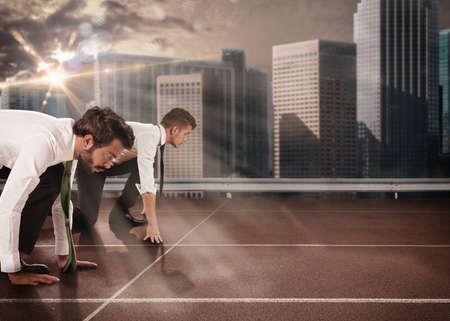 Los hombres de negocios que compiten en una pista de carreras
