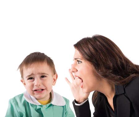 Frau schreien auf ein schreiendes Baby boy Standard-Bild