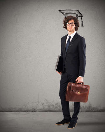cognicion: Hombre con sombrero de graduación portátil y la bolsa Foto de archivo
