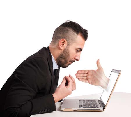 desconfianza: Hombre con la mano que sale de la computadora
