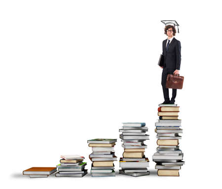 cognicion: Escala con los libros y el hombre con el sombrero de la graduación
