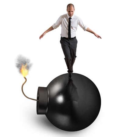 Mann geht über Bombe mit brennender Lunte Standard-Bild - 60027064
