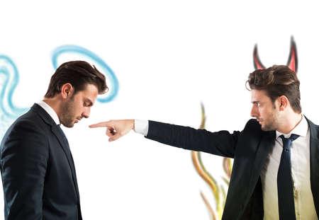 desconfianza: El hombre como diablo acusa al hombre como Ángel