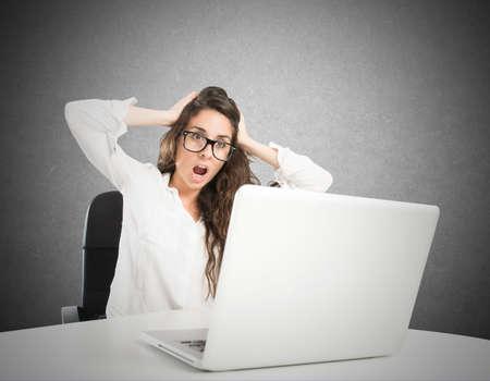 interrogative: Empresaria con una expresi�n de asombro e hizo hincapi� en frente de la computadora port�til
