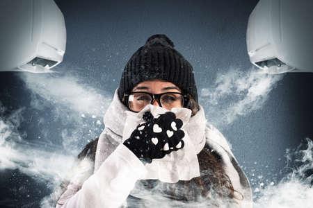 Vrouw met wollen sjaal en handschoenen vanwege airco zeer krachtig Stockfoto