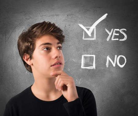 interrogative: Adolescente con la expresi�n pensativa y casillas de verificaci�n