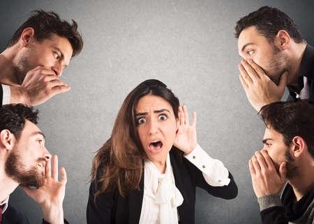 Mädchen mit schockiert Ausdruck zu viele Menschen zuhören