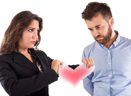 novios enojados: Mujer enojada que rasga un coraz�n de papel rojo Foto de archivo
