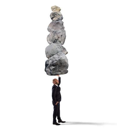 coordinacion: El hombre de negocios sostiene en una pila de rocas mano Foto de archivo