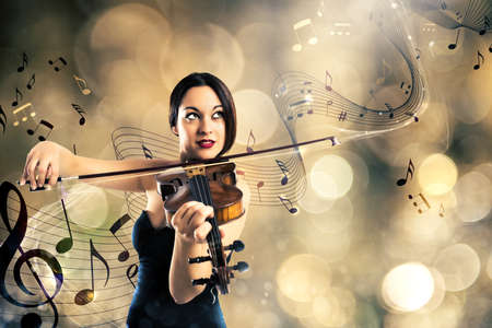 pentagramma musicale: Donna elegante suonare il violino con sfondo di un pentagramma con note musicali