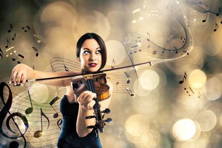 violinista: Mujer elegante que juega el violín con el fondo de un pentagrama con las notas musicales