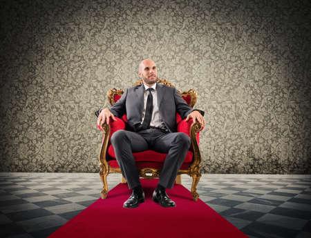 成功した実業家ロイヤル肘掛け椅子に座って