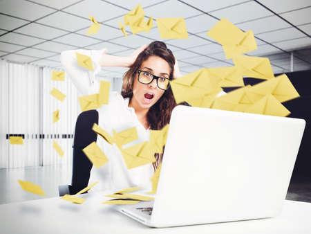 Mujer desesperada en el cargo durante demasiados e-mail Foto de archivo
