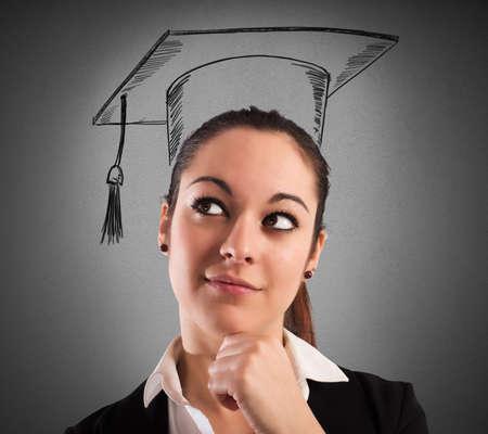 cognicion: Mujer con sombrero de graduaci�n dibujado y la expresi�n pensativa