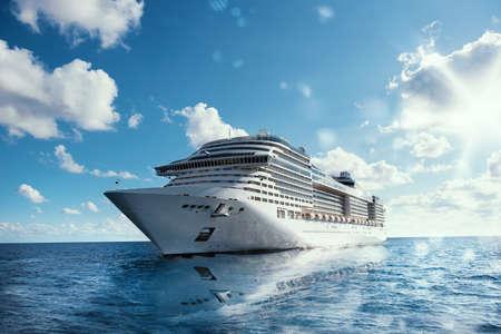 Kreuzfahrt auf dem Meer mit Reflexion auf dem Wasser Standard-Bild
