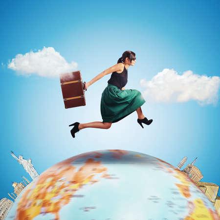 여자는 세계의 가방과 함께 실행됩니다. 스톡 콘텐츠