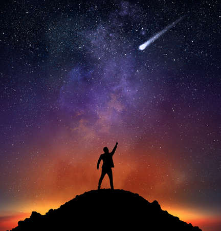 hombre: Hombre de negocios en una montaña indican una estrella fugaz