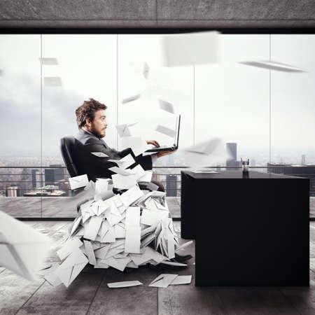 Uomo disperato in carica per troppi e-mail. Rendering 3D