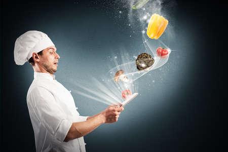 Chef kijkt verbijsterd groenten die afkomstig zijn uit tablet Stockfoto