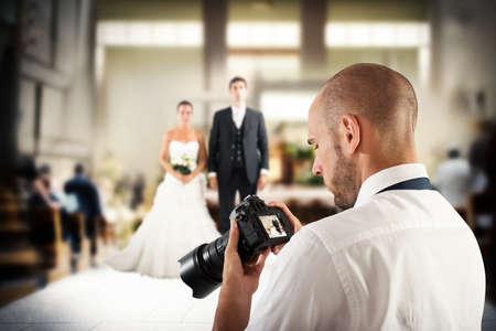 Fotoğrafçı bir düğün için fotoğraf makinesinin ekranında bakar
