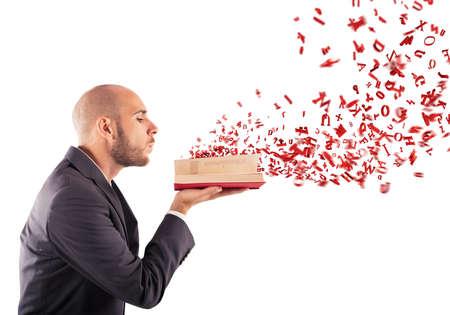 남자는 책을 불고 편지를 날린다.