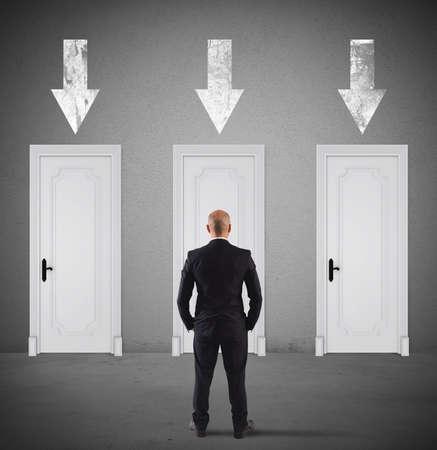 入力するための右のドアの選択の実業家
