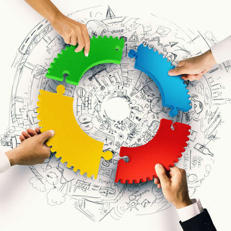claves: La gente de negocios se unen las piezas del rompecabezas de colores de engranajes. Concepto de integración. Representación 3D