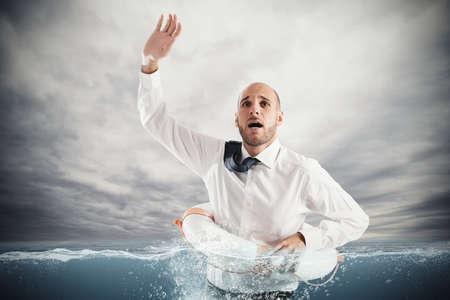 derrumbe: El hombre de negocios en el mar con salvavidas para obtener ayuda