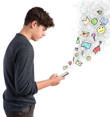 gente comunicandose: muchacho adolescente escribe en la pantalla de su teléfono celular