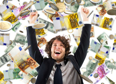 Uomo d'affari felice esulta sotto una pioggia di monete e banconote