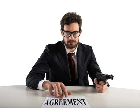 Jefe le obliga a firmar un acuerdo con la amenaza con la pistola
