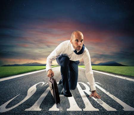 correr: Determnated hombre de negocios listo para comenzar su carrera Foto de archivo
