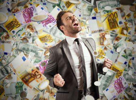 Concept van het succes en de carrière van een zakenman met regenachtige bankbiljetten Stockfoto