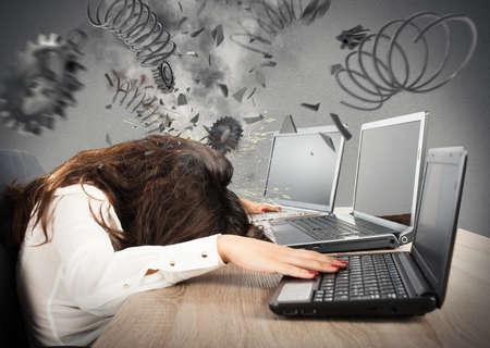 Concepto de estrés con exceso de trabajo empresaria y explosión de engranajes