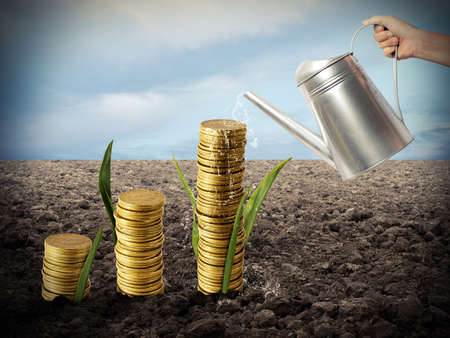 Zakenman water geven geld munten alsof ze planten Stockfoto