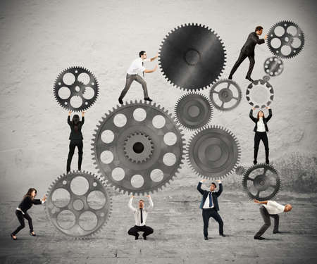 Teamwork der Geschäftsleute arbeiten zusammen, um ein System von Gängen