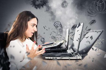 コンピューターと心配そうな表情で実業家の爆発 写真素材