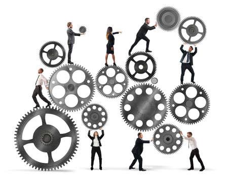 ビジネスマンのチームワークは歯車のシステムに連携します。