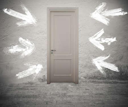 Geschlossene Tür durch weiße Pfeile an der Wand markiert