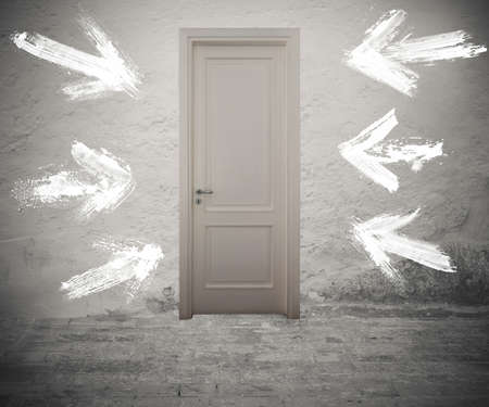 Porta chiusa contrassegnata da frecce bianche sulla parete