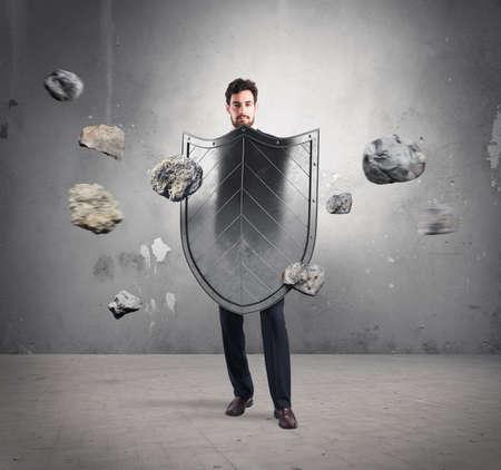 Hombre de negocios con escudos. concepto de protección y defensa en el mundo de los negocios