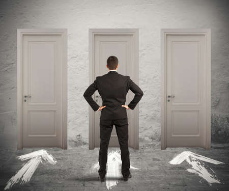 ビジネスマンの不確かなどのドアが開くを選択