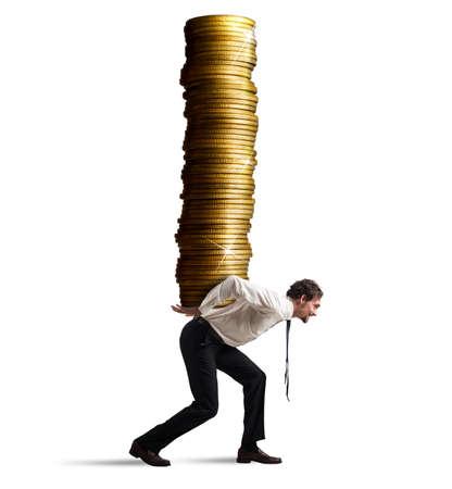 Obchodník nese na zádech hromadu mincí