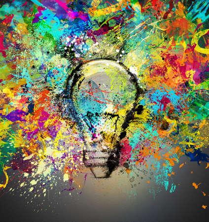 明るい色で描画と着色された電球の新しい創造的なアイデアの概念 写真素材 - 63888863