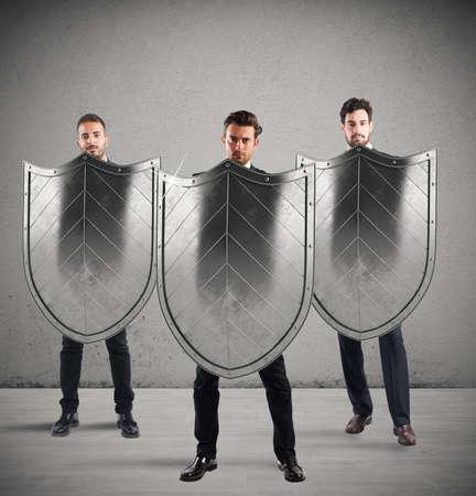 grupo de hombres: Los hombres de negocios con protectores. concepto de protección y defensa en el mundo de los negocios